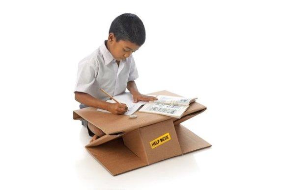 Help Desk_niño en escritorio de cartón